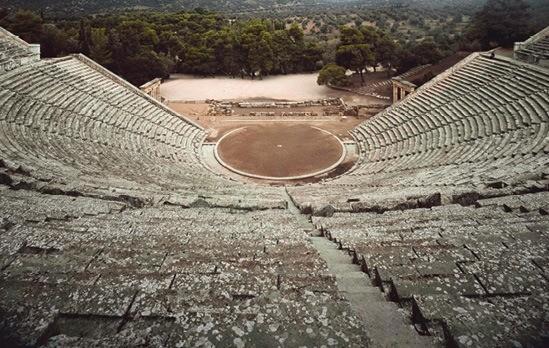 Un exemple de théâtre grec antique : le théâtre d'Épidaure (Grèce).