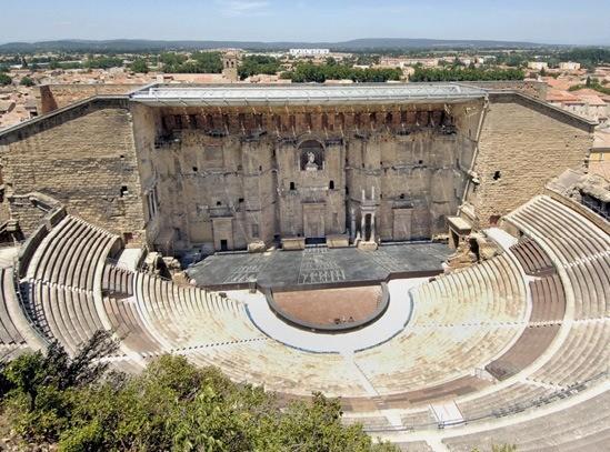 Un exemple de théâtre romain antique : le théâtre d'Orange (France).