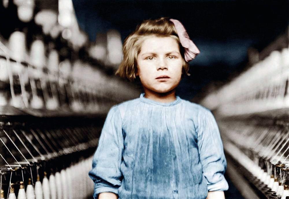 Lewis W. Hine, portrait d'une enfant travaillant dans une filature de coton en Caroline du Nord, États-Unis, 1908, photographie colorisée.