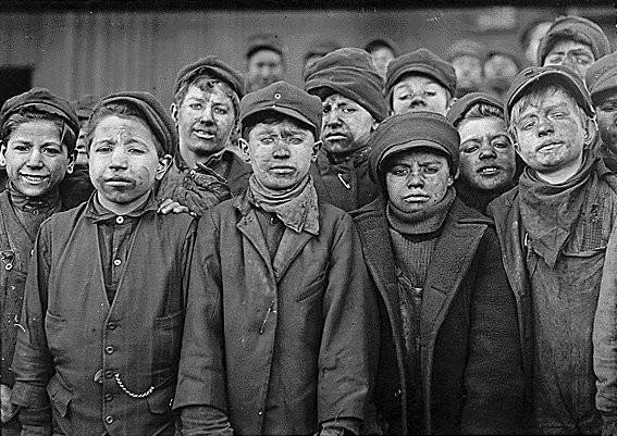 Lewis W. Hine, photographie d'enfants travaillant dans une mine de charbon, 1908-1912.