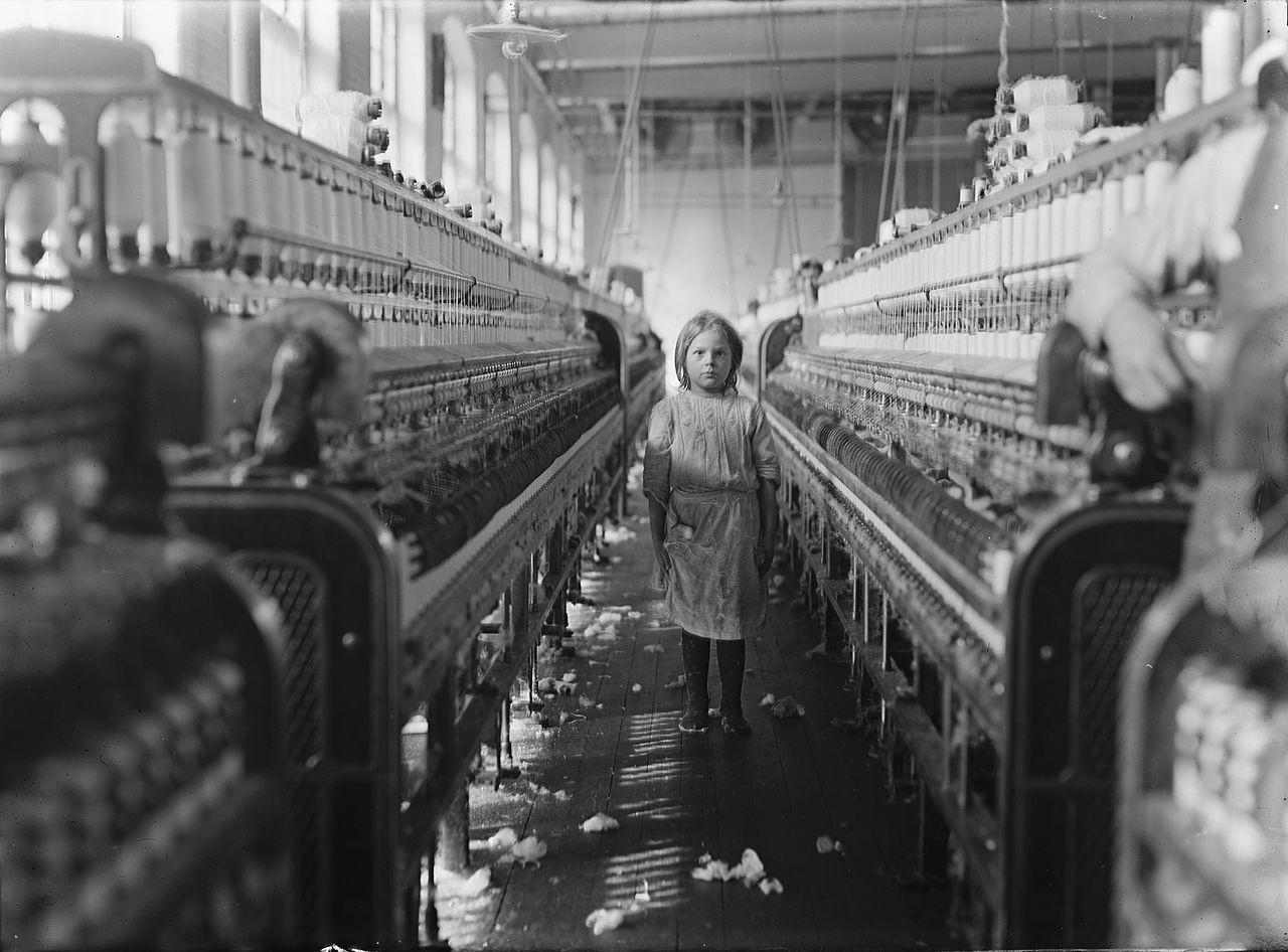 Lewis W. Hine, photographie d'une petite fileuse dans l'usine Mollohan, à Newberry, en Caroline du sud (États-Unis), 1908.