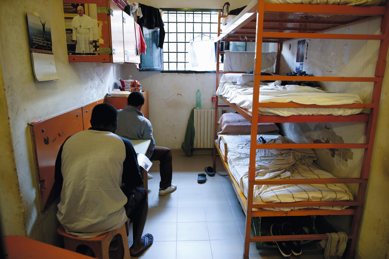 Une cellule de prison avec trois lits, à Rome, en 2013.