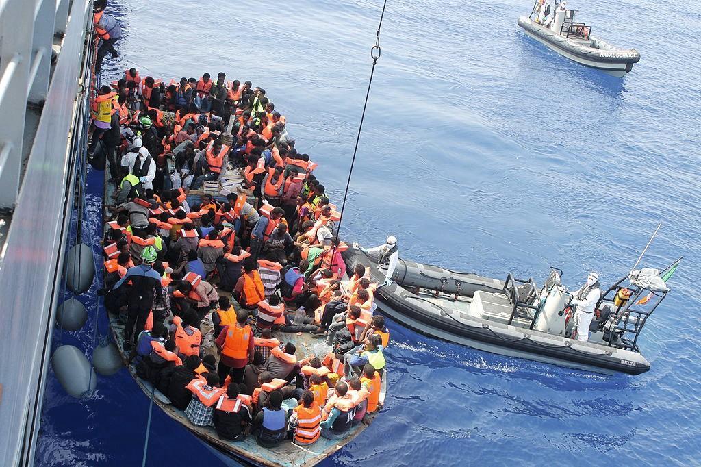 Migrants africains secourus en Méditerranée par la marine irlandaise, juin 2015.