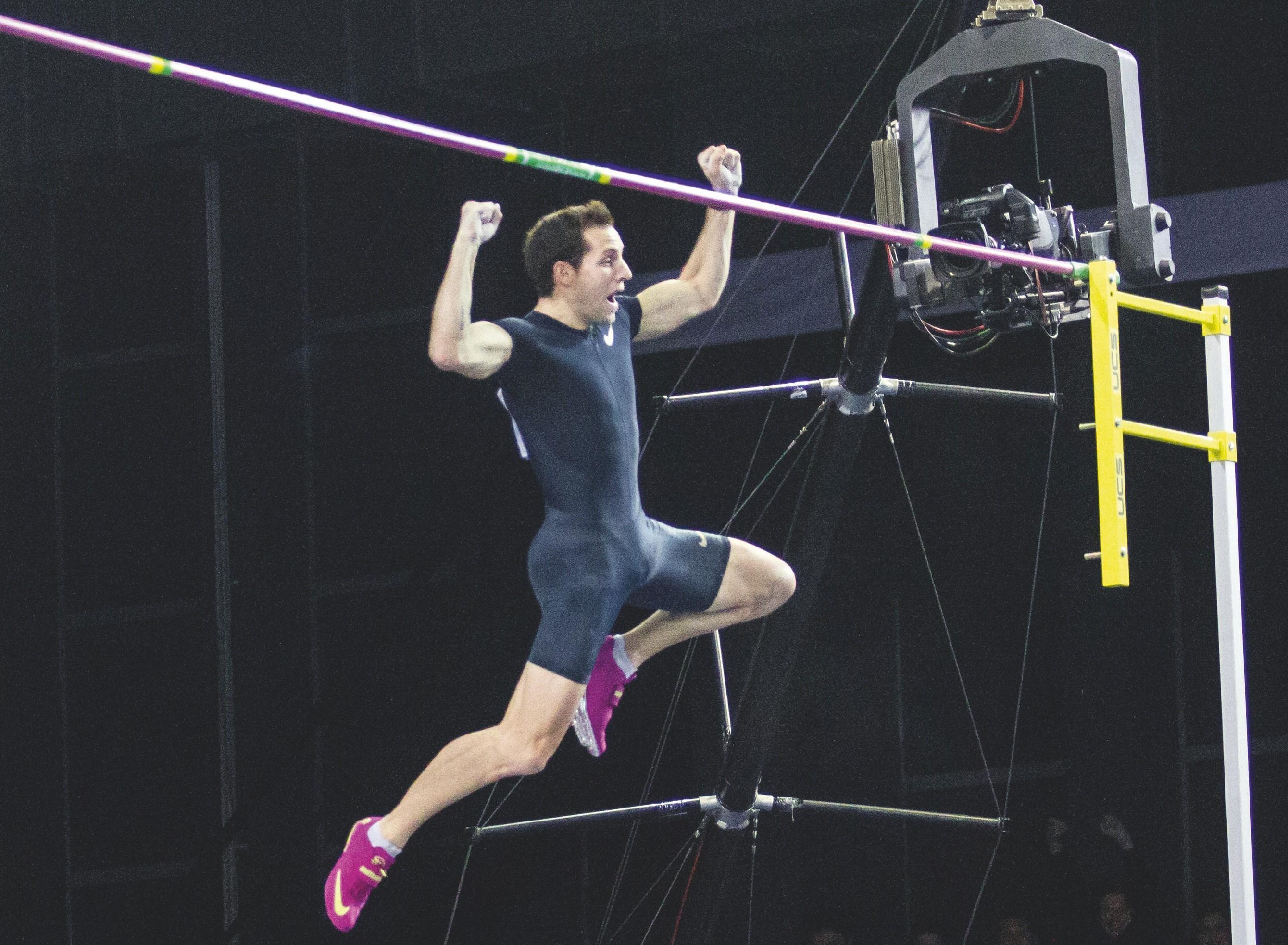 Renaud Lavillenie lors du saut à la perche record