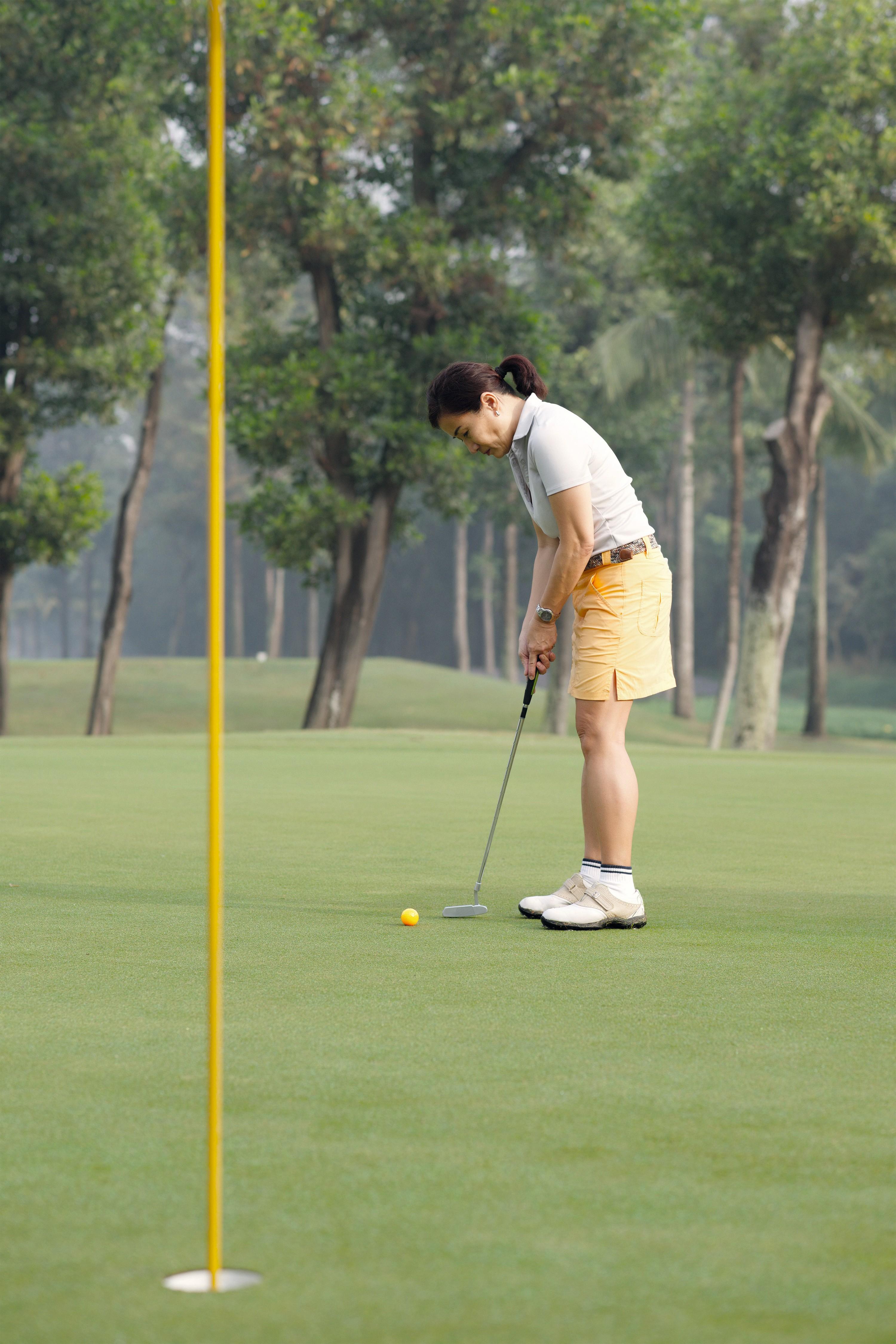 Exécution d'un putt au golf