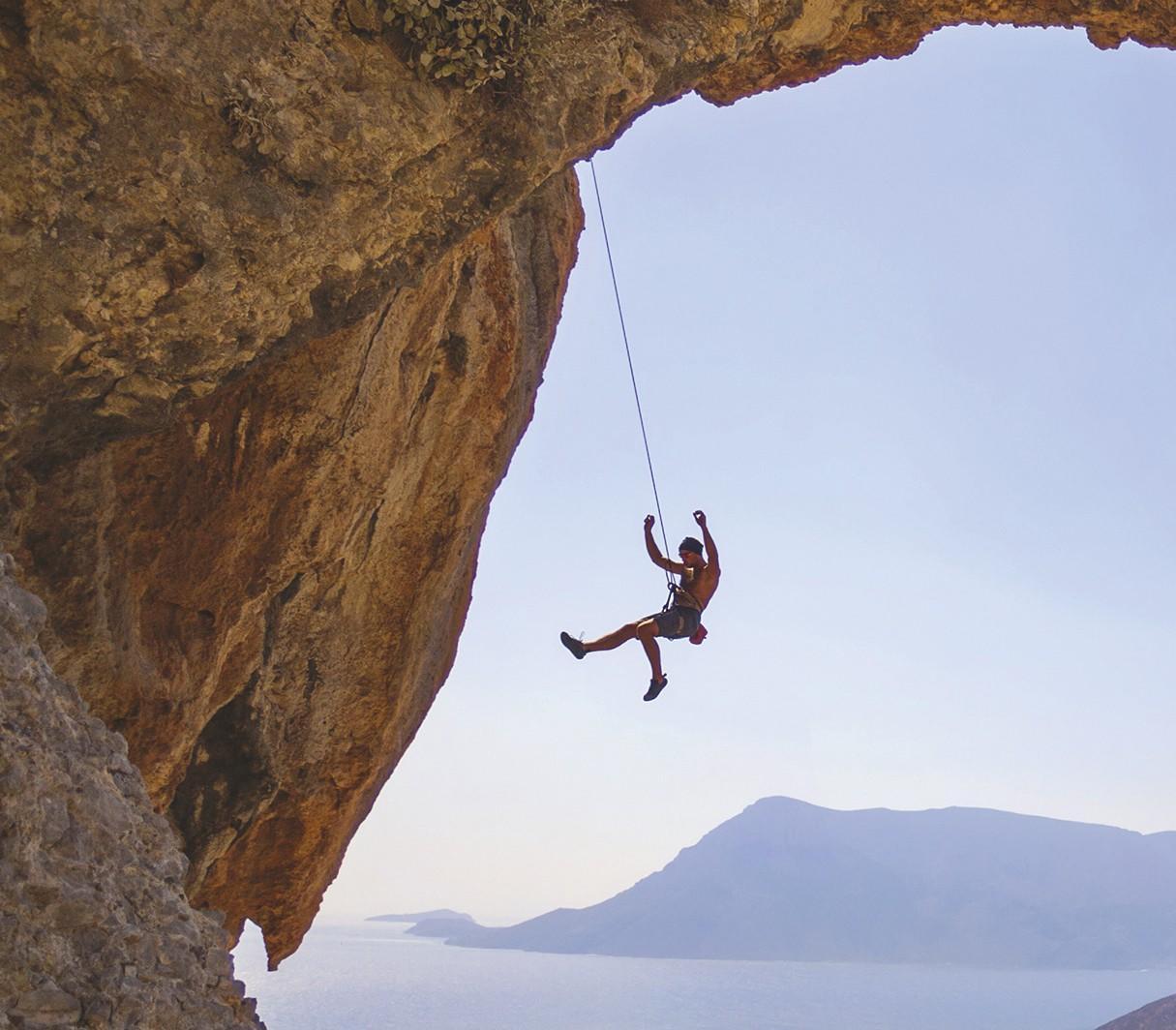 Alpiniste suspendu au bout d'une corde