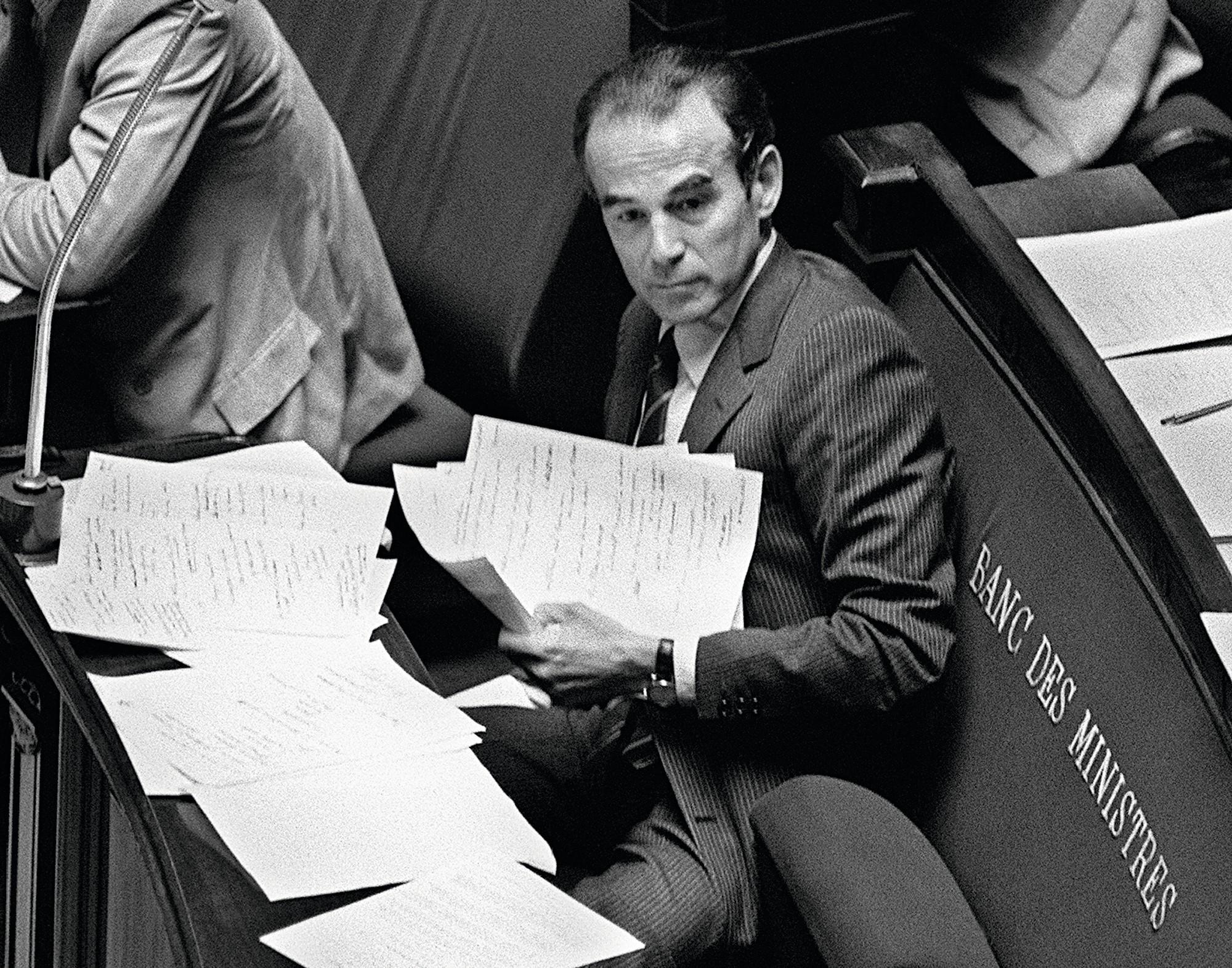 Le 17 septembre 1981, Robert Badinter, ministre de la Justice du gouvernement socialiste, défend son projet de loi sur l'abolition de la peine de mort malgré l'opposition de l'opinion