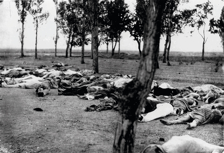 Corps d'Arméniens abattus durant le génocide, photographie anonyme