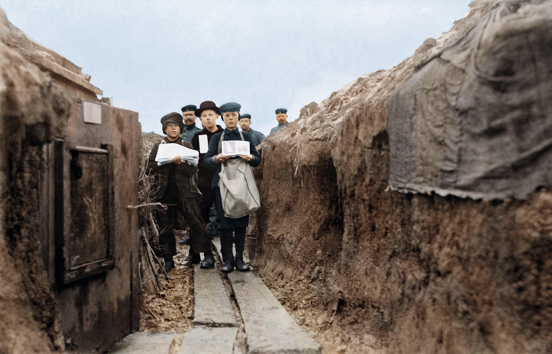 Enfants vendant des journaux aux soldats dans une tranchée allemande sur le front de l'Est