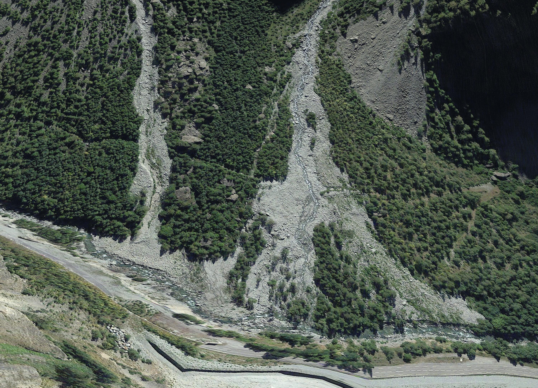 Éboulement et cône alluvial en amont du barrage de Chambon.