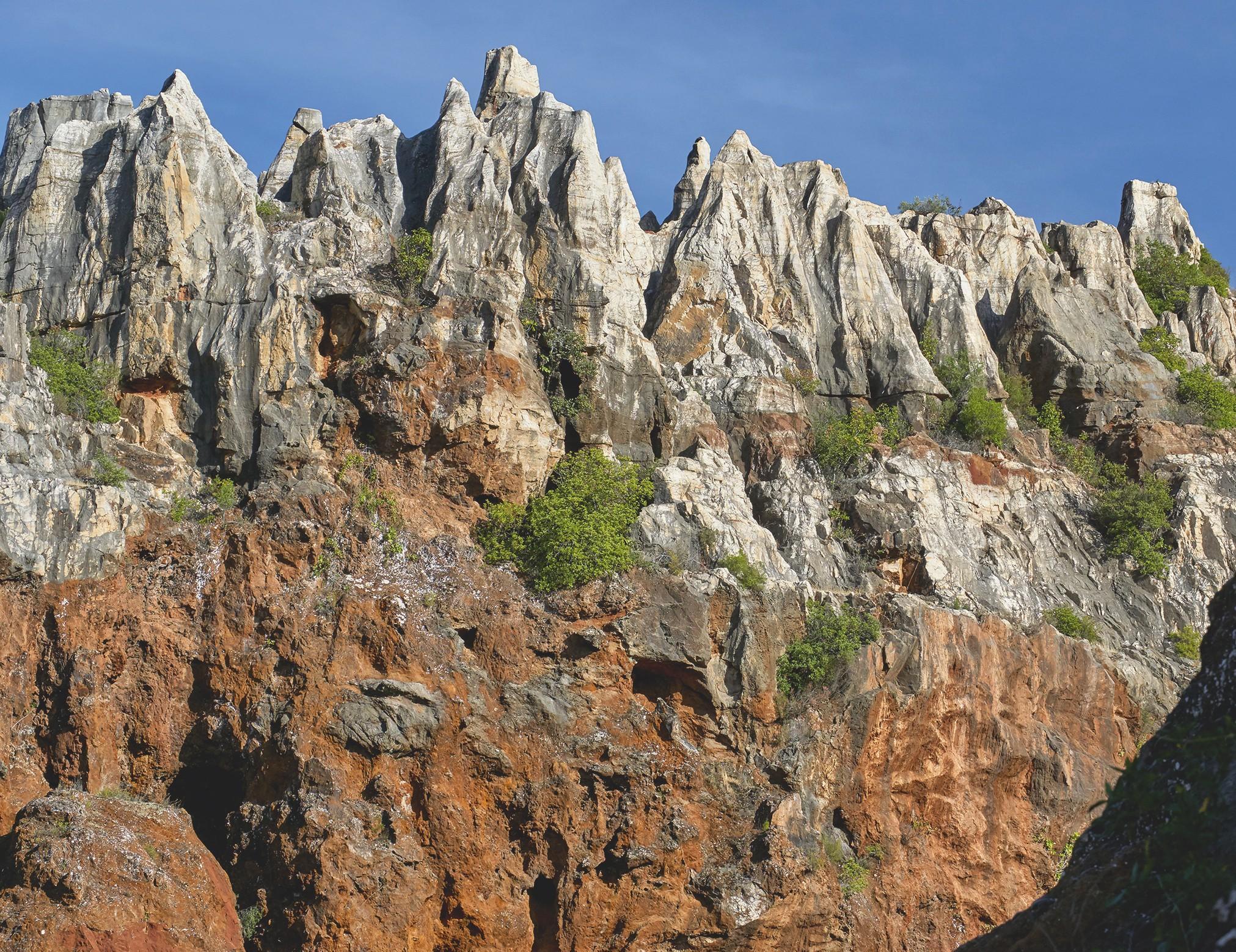 Un karst aux reliefs abrupts dans un massif calcaire.