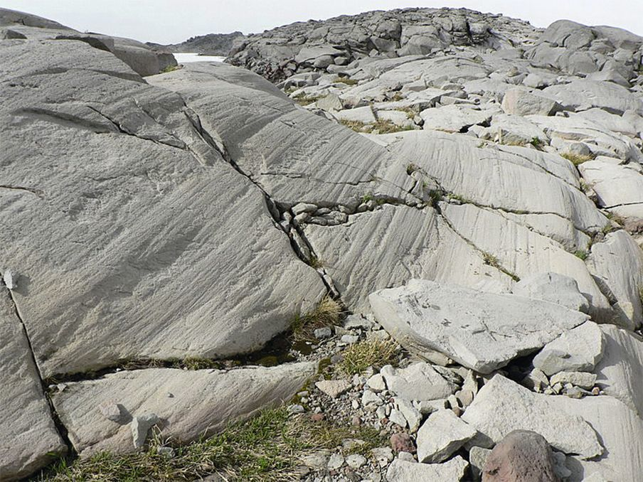Des roches polies et striées par un glacier.
