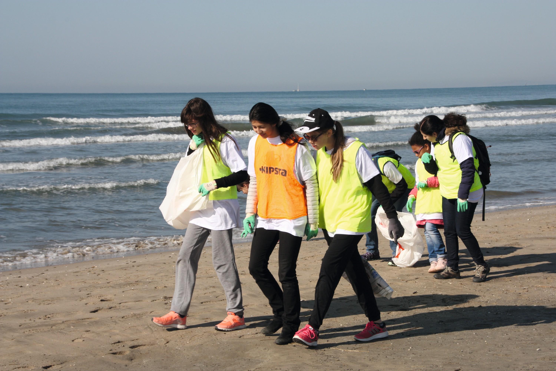 Groupe d'élèves nettoyant les plages