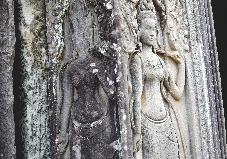 Le site d'Angkor au Cambodge avec un détail de ses bas-reliefs.