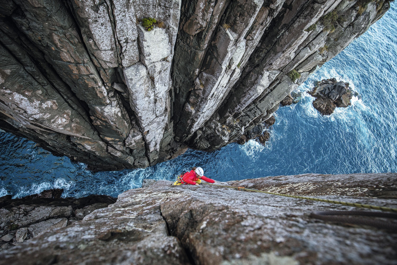 Une grimpeuse sur le Totem Pole en Tasmanie, Australie.