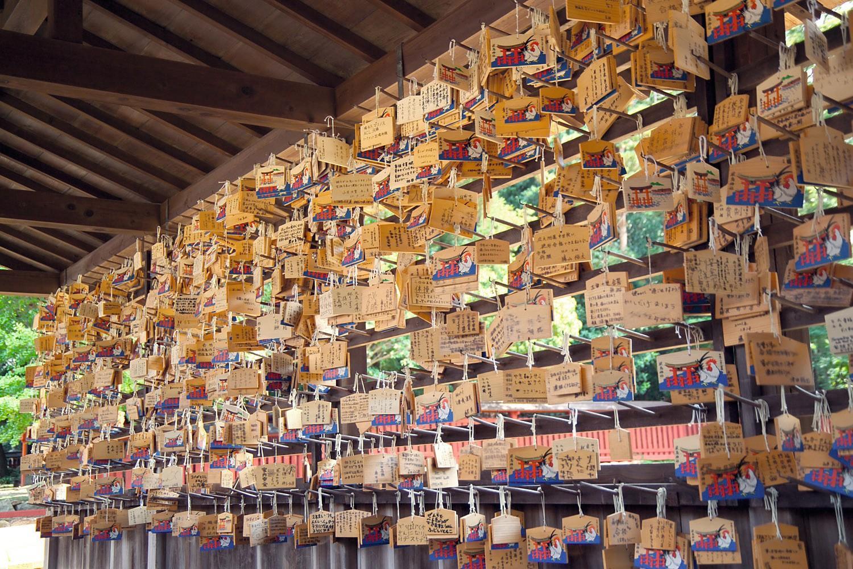 Des « ema », plaquettes de bois avec une prière inscrite, au sanctuaire d'Itsukushima, au Japon.