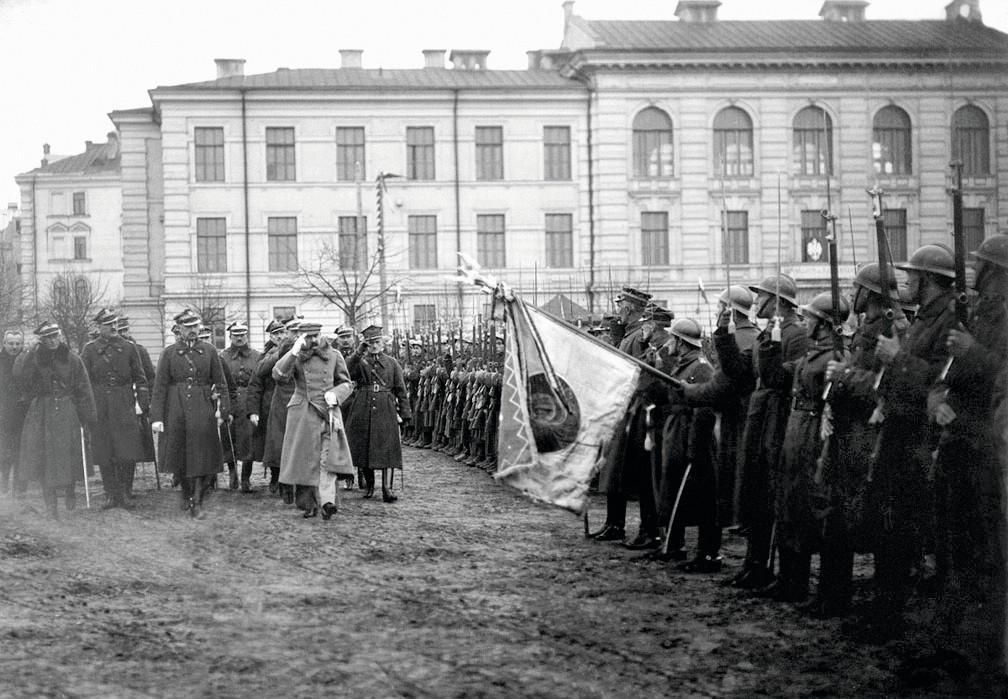 Le maréchal Jozef Pilsudski inspecte ses troupes à Vilnius 1919