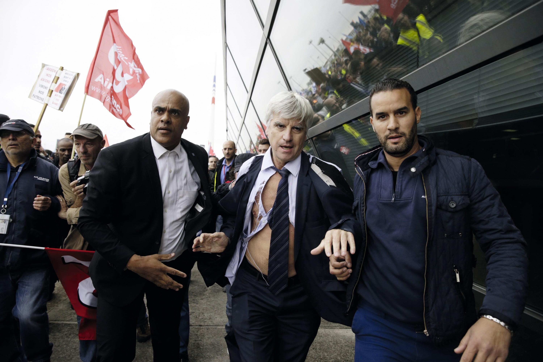Photo de l'affaire de la chemise déchirée du DRH (directeur des ressources humaines) d'Air France par des salariés en colère, le 5 octobre 2015.