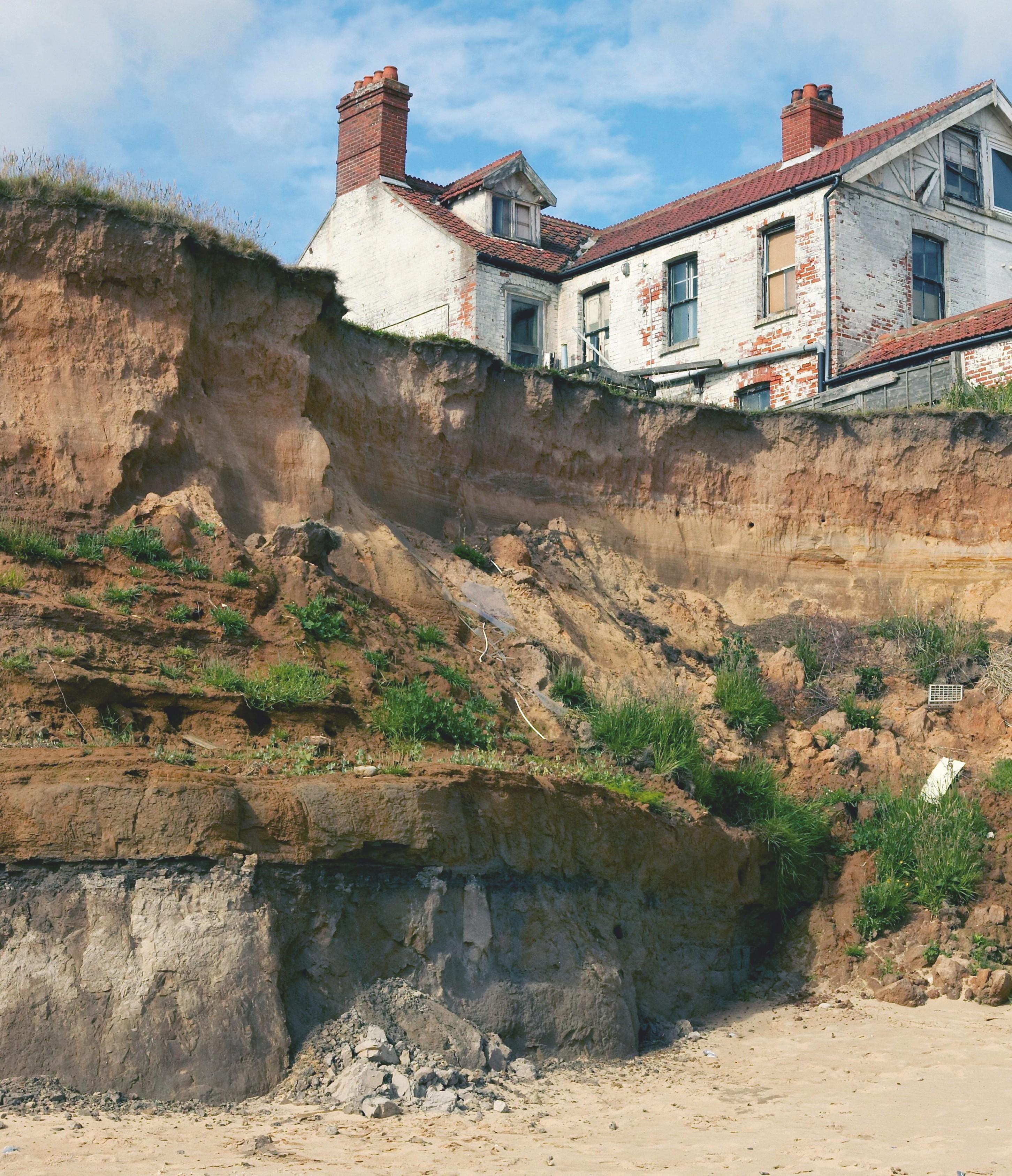 Le recul de la côte de Happisburgh au nord de l'Angleterre : les côtes s'érodent jusqu'à 9 mètres par an, ce qui menace les constructions les plus proches.