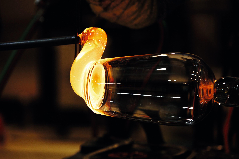 La fabrication d'un verre par un souffleur de verre.