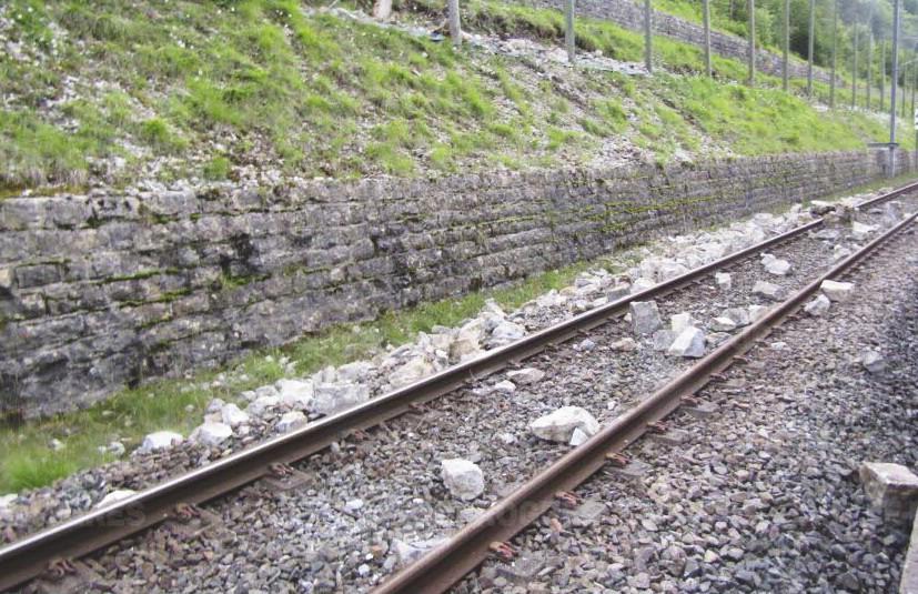 Éboulement rocheux empêchant la circulation des trains à Nantua.
