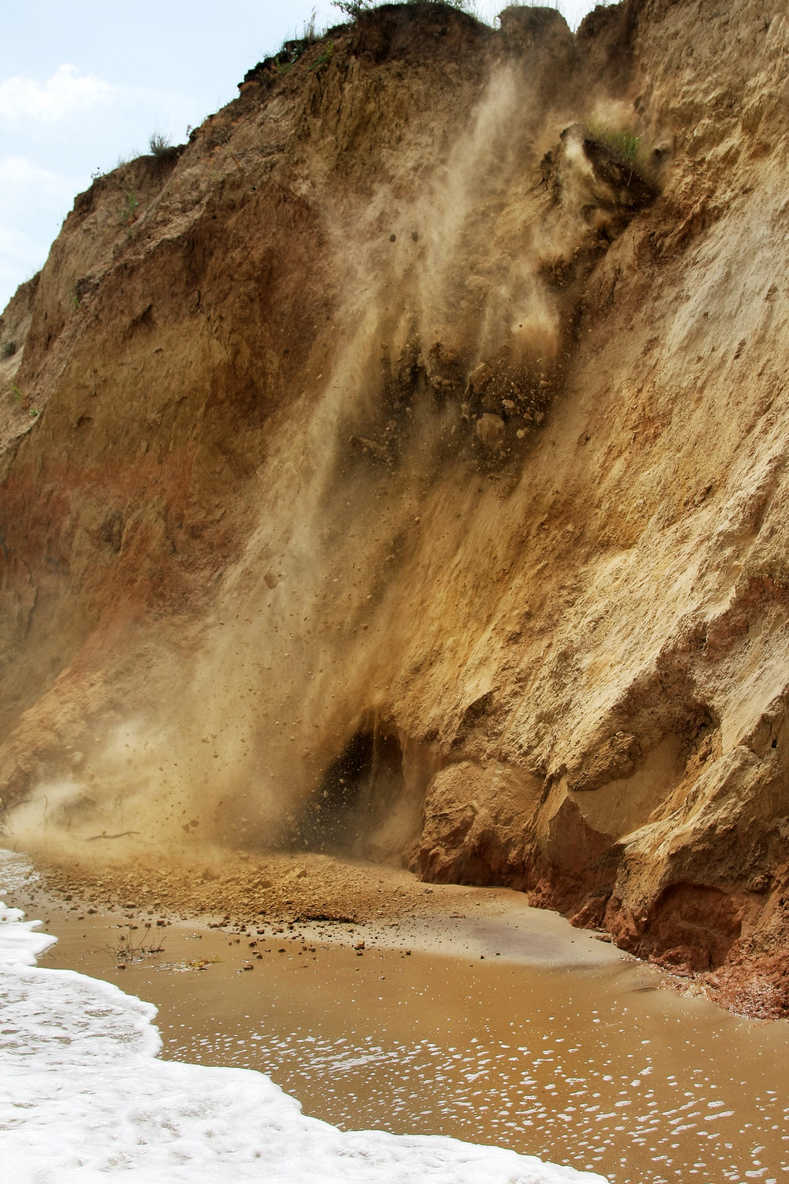 Un éboulement de falaise au-dessus d'une plage en Bulgarie
