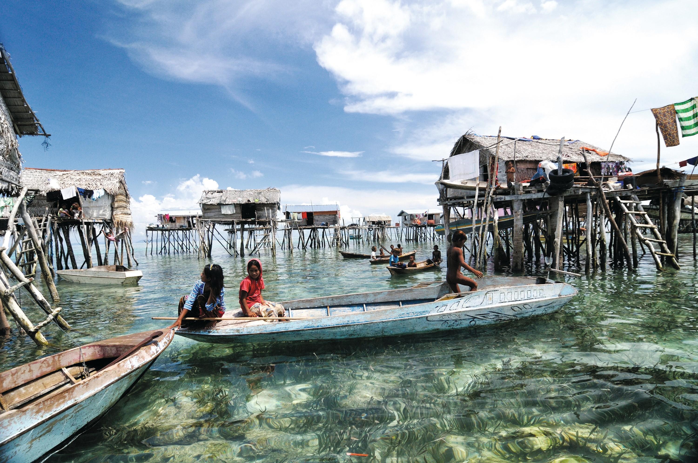 Village de l'ethnie Bajau Laut à Bornéo (Indonésie)