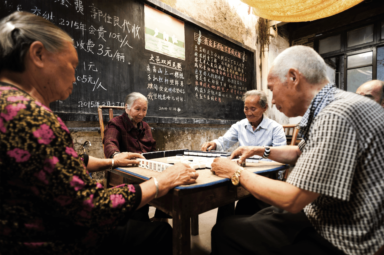 Personnes âgées jouant au mah-jong, dans un salon de thé à Chongzhou (province du Sichuan), au centre de la Chine.