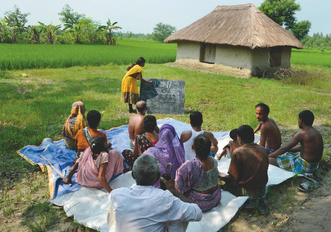 Une étudiante donne un cours d'alphabétisation aux habitants d'un village du Bengale‑occidental.