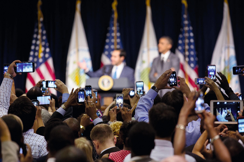 Le président américain Barack Obama et le secrétaire au Logement et au Développement urbain Julián Castro lors d'une conférence de presse, 31 juillet 2014, photographie, Washington.